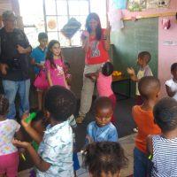 ביקור בגן ילדים בפרבר שחור עני